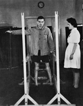 Patient learning to walk using the support of wooden beams